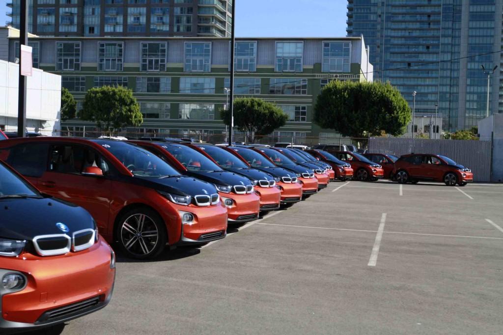 BMW i3 in Reih und Glied zur Probefahrt bereit