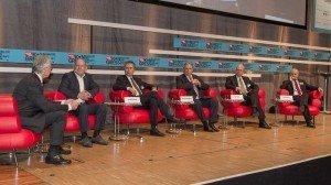 Dieskussionsrunde beim ams-Kongress 2014: ams-Herausgeber Bernd Ostmann (link) im Diskurs mit Verkehrsminister Herrmann (rechts neben ihm). Foto: ams