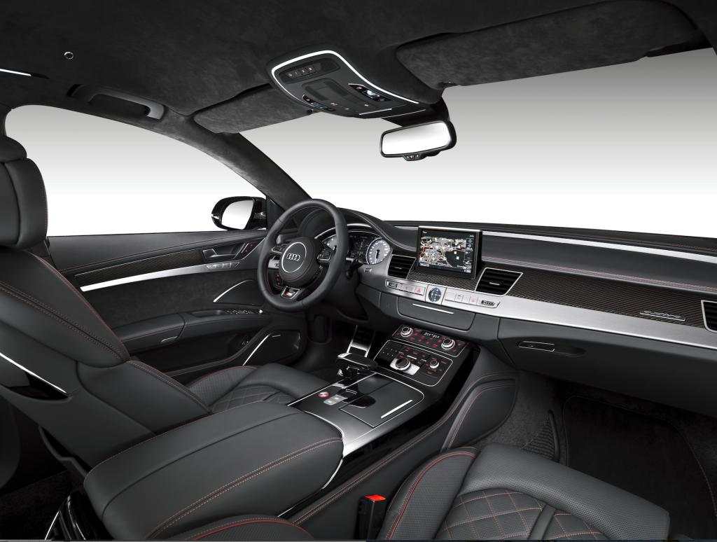 Sportlicher Innenraum mit roten Ziernähten in gewohnter Audi-Qualität