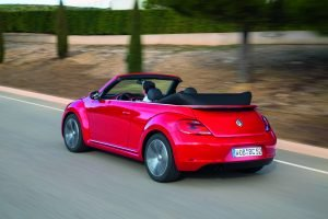 Das Dacht des Beetle Cabrio lässt sich bis 50 km/h öffnen oder schließen Fotos: VW